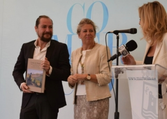 Ángeles Muñoz entrega a Kurt un ejemplar de Crónicas de Marbella